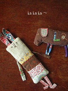 Love the scrape/ simple fabric animals and dolls. Más Love the scrape/ simple fabric animals and dolls. Fabric Toys, Fabric Art, Fabric Scraps, Scrap Fabric, Paper Toys, Sewing Toys, Sewing Crafts, Sewing Projects, Sewing Tutorials