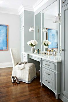 newport beach: the luxury of a vanity table Retro Stil, Consoles, Dressing Table, Newport Beach, Home Furnishings, Home Furniture, Family Room, House Design, Table Decorations