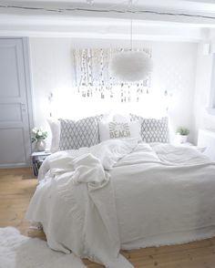 Jag dyker ner här för natten jag  sprayade sängen med älskade linnevattnet från @washologi tidigare och nu känns det och luktar nybäddat  lavendel är perfekt om man har svårt att somna  fler sovrumsbilder på bloggen idag  WWW.DESIGNBYMIRELLE.SE