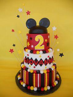 Top tier idea for Mickey Mouse cake Bolo Do Mickey Mouse, Fiesta Mickey Mouse, Bolo Minnie, Mickey Mouse Clubhouse Party, Mickey Cakes, Mickey Mouse Clubhouse Birthday, Minnie Mouse Cake, Mickey Mouse Parties, Mickey Birthday