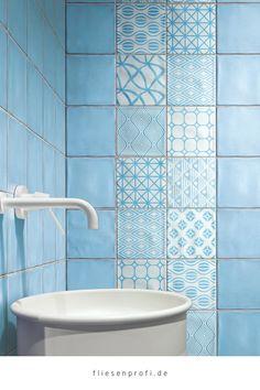 """Mit den Wand,-& Bodenfliesen """"Key West Dekor Wave Mix Blue"""" im Format 20x20cm wird die Küche oder das Bad zu einem Blickfang. Es handelt sich um Fliesen der Serie Key West. Fliesen mit Patchwork-Dekoren liegen voll im Trend. Die Bodenfliesen im Patchwork-Look bringen ein modernes Lebensgefühl in Ihr Haus. Außerdem kann diese Fliese hervorragend mit den farbigen Grundfliesen der Serie """"Key West"""" kombiniert werden. Metro Fliesen, Bodenfliesen, Gäste Wc, Bäder Ideen, Badezimmer Fliesen, Natursteine, Blau, Blickfang, Wand- Und Bodenfliesen"""