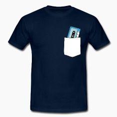 t-shirt musicassetta nel taschino
