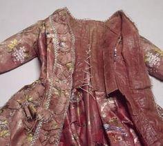 В 18 веке для пошива наряда модные дамы могли выбирать из 3 основных типов платья. Их крой, отделка, цвет и рисунок ткани, ширина и форма юб...