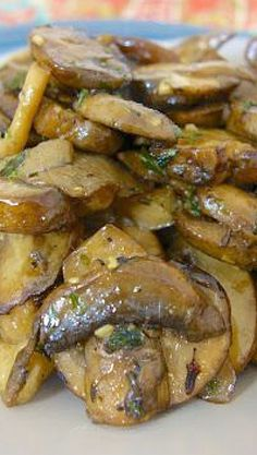 Bourbon Mushrooms (these would be great with Steak) Side Dish Recipes, Vegetable Recipes, Wine Recipes, Great Recipes, Cooking Recipes, Favorite Recipes, Healthy Recipes, Side Dishes, Large Skillet