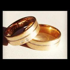 Aliança em Ouro amarelo e brilhantes  #gabrielaaiex #designerjoias #aliança #noivos #casamento #ouro #brilhantes #noiva #personalizada #fosca www.gabrielaaiex.com.br