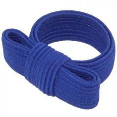 """Der Ring """"Twisty"""" mit Schleife in Blau vom Label Erste Sahne by Tanja Hartmann sieht nicht nur aus wie ein kleines Geschenk an deinem Finger, er eignet sich auch perfekt als kleines Geschenk."""