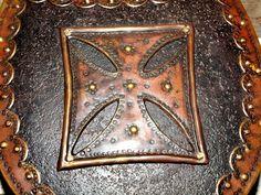 RYNGRAF - POLISH GORGET. Pracownia Artystyczna LORICA. Ryngraf husarski z repusowanym krzyżem kawalerskim wpisanym w prostokąt. Krzyż husarski, kawalerski zwany też rycerskim.