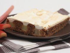 Ein super einfacher Rhabarberkuchen. Rhabarber schälen nicht vergessen!