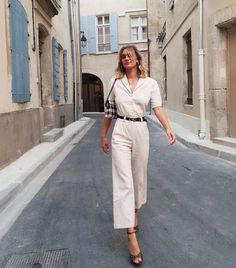 10 Perfect Outfits French Girls Are Prioritizing - - When it comes to style, French women do it best. We've got the lowdown on the best French outfits to shop if you want that stylish look. Outfits Casual, Mode Outfits, Classy Outfits, Elegant Summer Outfits, Ladies Outfits, Casual Ootd, Glamorous Outfits, Autumn Outfits, Woman Outfits