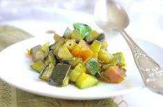 Bonjour et bienvenue dans ma cuisine. Aujourd'hui nous allons préparer des légumes à la poêle parfumés avec un mélange d'épices indiennes de la marque Ducros. Les ingrédients : 200g de courgettes 200g d'aubergines 1 tomate 1 oignon 1 gousse d'ail 1 cuillère...
