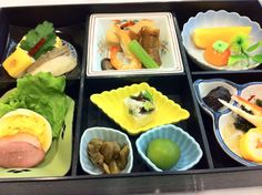 In Japanese kaiseki ryori (a set menu of select food served on an individual tray to each member of a gathering), importance is placed not only on taste, but also on visual appeal,