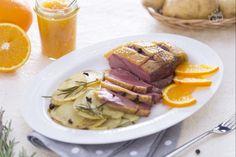 Il petto d'anatra laccato all'arancia è un secondo piatto di carne molto prelibato. La carne viene scottata in padella, glassata e poi cotta in forno.