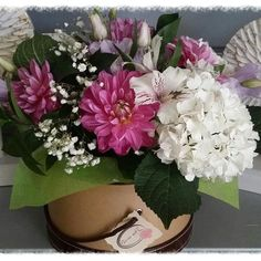 Y asi quedo el conjunto de flores de Dalias y Hortensias que diseñamos para un encargo desde Madrid. ¿no es precioso??