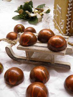 Csokoládé Reformer: Bronzporral színezett tejcsokoládés bonbon Christmas Decorations, Chocolate, Beverages, Blog, Cakes, Candy, Christmas Decor, Chocolates, Food Cakes
