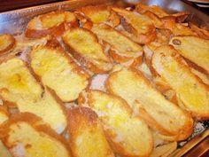 Ein Scheiterhaufen wird aus Blätterteig, Äpfeln, Haselnüssen, Rosinen und Semmeln hergestellt.