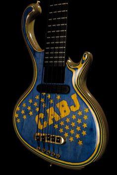 CON CUERPO DE UNA BOSTERA!!! Messi, Football Design, Diabolik Lovers, Music Guitar, Musicals, Music Instruments, Soccer, Bass Guitars, Rock