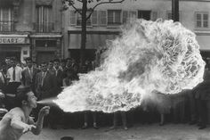 Cracheur de feu Boulevard Rochechouart (Izis, 1957)