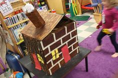 Three little pigs cardboard house. Each side of the box is a different house (straw, bricks or sticks). ¡Buenísima idea!