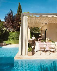 La piscina, a pie de porche