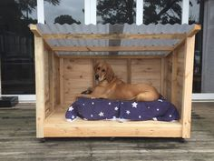 Dogs Roomy Pallet Dog Kennel More - This is a new kennel for I made for my dog because she grew a bit larger than we were expecting. It was easier to make a new one than modify her original kennel. Pallet Dog House, Dog House Plans, Dyi Dog House, Homemade Dog House, Build A Dog House, Dog Yard, Dog Rooms, Shelter Dogs, Feral Cat Shelter