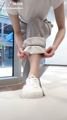 White Converse Outfits, White Sneakers Outfit, Dress With Sneakers, Casual Sneakers, Converse Style, Sneakers Fashion, Worth Clothing, Clothing Hacks, Clothing Websites