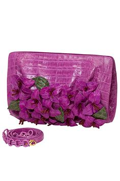 Nancy Gonzalez virágba borította a táskáját. Purple Haze, Shades Of Purple, Wearing Purple, Floral Clutches, Purple Garden, Nancy Gonzalez, All Things Purple, Best Bags, Small Handbags