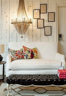 Rustic walls, an elegant chandelier and contemporary finishes