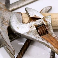 How To Remove Rust Naturally! Great for tools and if your dad is a contractor because I know know and easy way to help him clean his tools! ⛏