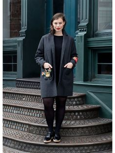 Фактурная выделка, цветочная вышивка, воротник с лацканами, длинные рукава, спереди два накладных кармана, сзади внизу разрез, подкладка. Floral embroidery coat.