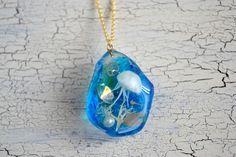 透明な樹脂の中に手作りの海月を入れて、小さな海を表現したネックレス。手作りの海月は自然光に長時間当てることにより、暗闇で蓄光する神秘的なアクセサリー。海の部分...|ハンドメイド、手作り、手仕事品の通販・販売・購入ならCreema。