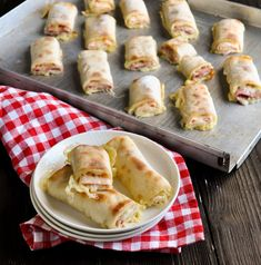 Pizza rolls, fantastic snack, simply homemade, filled with cheese and salami or ham, vegetarian vegan possible vegetarisch lifestyle recipes grillen rezepte rezepte schnell Pizza Snacks, Snacks Für Party, Vegan Snacks, Pizza Recipes, Healthy Snacks, Snack Recipes, Party Finger Foods, Pizza Rolls, Pizza Hut