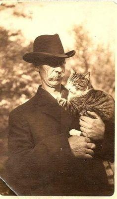 Любимцы были и дедушек и прадедушек :). Видите с какой гордостью этот господин держит свое «сокровище»!:))
