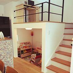 女性で、Overview/キッズスペース/IKEA 照明/名古屋モザイク/注文住宅/名古屋モザイクタイル/ブラックチェリーの床/こどもと暮らす/マイホーム記録/みなさんに感謝/スキップフロアの家/スキップフロアの下についてのインテリア実例。 「スキップフロアの下を...」 (2017-08-01 11:05:57に共有されました) Loft House, House Stairs, Kids House, Home Stairs Design, Home Interior Design, Interior Architecture, Cabana, Sims House Design, Latest House Designs