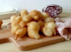 Coccoli fiorentini: soffici e croccanti palline fritte di pasta lievitata da gustare con salumi e stracchino