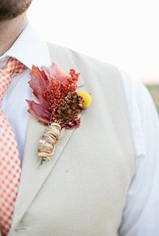 Groom's Boutonnieres for Fall Wedding: Foliage Boutonniere with Oak Leaves, Pine Cones, and Berries Wedding Flower Photos, Fall Wedding Flowers, Autumn Wedding, Floral Wedding, Wedding Day, October Wedding, Bridal Flowers, Wedding Beauty, Wedding Suits