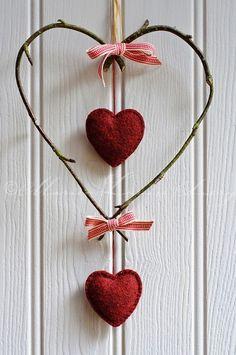 Móvil alambre con corazones de tela