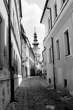 Bratislava - Eslováquia -  Fotografia de autoria própria e impressa no processo Fine Art  - Papel fotográfico Hahnemühle Photo Luster 260 gsm - Moldura nas cores branca ou Preta  - As dimensões (altura e largura) podem ser adaptadas à sua necessidade/espaço. 15x21 = R$ 66,00 20x30 = R$ 86,00 30x40 = R$ 126,00 40x50 = R$ 240,00 https://vitrine.elo7.com.br/suafotonaparede