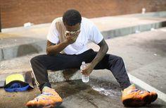 Pin for Later: Les Emeutes à Ferguson en 21 Images  Un homme essaye de recouvrer la vue après avoir été touché par une bombe lacrymogène.