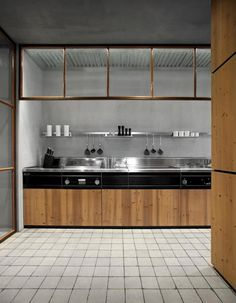The overhead thingy makes it work delightfully... modern-kitchen-stainless-steel-countertop.jpg (500×643)