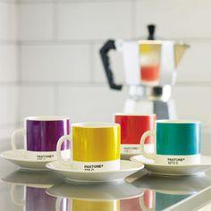 Pantone espresso cups, with a stove-top espresso maker, make a perfect gift for your favorite coffee addict. #cafetera italiana colores