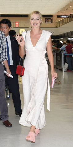 Pin for Later: Margot Robbie Just Wore the Prettiest Summer Dress You've Ever Seen — to the Airport