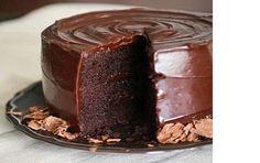 Bolo de Chocolate fofinho e molhadinho - http://www.receitasbrasileiraseportuguesas.com/bolo-de-chocolate-fofinho-e-molhadinho/