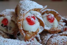 I cannoli siciliani sono una specialità regionale, a base di ricotta, canditi e cioccolato, da gustare in ogni stagione.