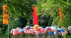 La Strada – rote Fahnen und rosa Schweine beim Internationalen Fest der Straßenkünste in Bremen.