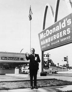 The family of Dick and Mac McDonald have told how the brothers who started the burger chain were bilked by its 'founder' out of a deal which should have made them mega-rich then written out of history. Restaurant History, Mcdonald's Restaurant, Vintage Restaurant, Ray Kroc, France 24, Old Pictures, Old Photos, Sport En France, San Bernardino California