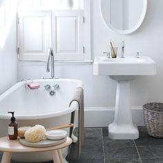 Como deixar o Banheiro cheiroso e suas visitas elogiando é uma das tarefas mais fáceis de se fazer graças a esta dica caseira. Bathroom Cleaning, Hard Water Stain Remover, Small Bathroom, Spring Cleaning Bathroom, Bathroom Smells, Shower Cleaner, Cleaning Clothes, Clever Design, Bathroom
