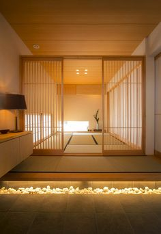 Tatami entrance and lattice house Japanese Style House, Japanese Interior Design, Japanese Home Decor, Japanese Buildings, Modern Japanese Architecture, Tatami Room, Japan Interior, Japanese Bedroom, Interior Minimalista