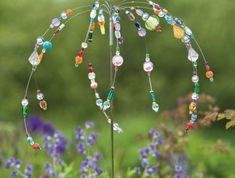accessoire bijou pour le jardin en perles synthétiques colorées, décorer son jardin avec des accessoires colorés, des touches de couleurs vives parmi les plantes vertes