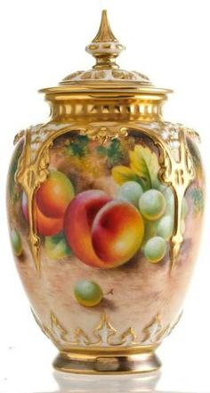 Royal Worcester lidded vase with peaches and grapes signed (Frank) Roberts. Erdinç Bakla archive)
