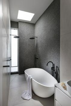 חלון קיפ לחדר אמבטיה. בסגנון מינימליסטי